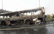 Hà Nội: Xe khách giường nằm cháy trơ khung trên cầu vượt An Khánh
