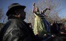 Khung cảnh chợ cô dâu, nơi người ta rao bán các thiếu nữ còn trinh công khai giữa trời châu Âu
