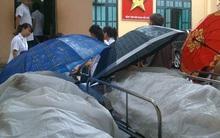 Lạ lùng cảnh phủ nilon, che ô tránh nước mưa cho bệnh nhân chờ mổ ở bệnh viện Việt Đức