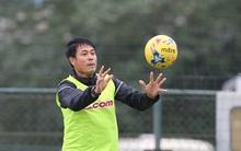 HLV Hữu Thắng cười sảng khoái chơi bóng ném cùng học trò