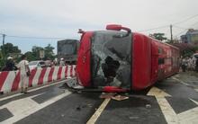 Xe khách lật nghiêng trên quốc lộ đè chết người đi xe máy