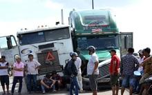 Hai xe đầu kéo dính chặt sau tai nạn, cầu Phú Mỹ tê liệt