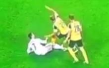 Ronaldo nổi cáu, liên tục đá vào chân đối thủ