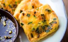 Thêm một ít trứng khiến món đậu non tẩm hành ngon hơn gấp bội