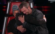 Blake Shelton bất ngờ đòi ôm Adam Levine khiến khán giả thích thú