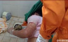 Móc điện thoại rơi vào bồn cầu, chàng trai bị kẹt tay cả đêm trong nhà vệ sinh