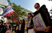 Sáng đầu tiên không có Vua Bhumibol, người dân Thái Lan chết lặng trong niềm đau và nước mắt
