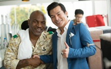 Huyền thoại boxing Mike Tyson choàng vai bá cổ Trần Bảo Sơn