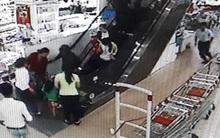 Bé trai hơn 2 tuổi bị cầu thang cuốn siêu thị cuốn gây thương tích