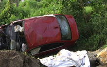 Xe BMW lao xuống suối trong đêm, 2 người chết, 5 người bị thương nặng
