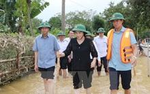 Chủ tịch Quốc hội lội nước tới thăm hỏi nhân dân vùng lũ Hà Tĩnh