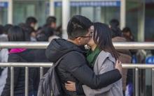 Những cái ôm hôn dịp giao thông mùa Tết ở Trung Quốc: Đem tình yêu về quê ăn Tết