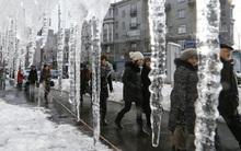 """Những hình ảnh nhìn thôi đã khiến bạn lạnh run cầm cập trong """"mùa Đông chết người"""" ở châu Âu"""