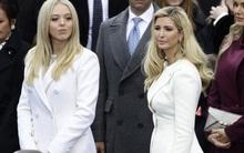 Ý nghĩa đặc biệt phía sau việc 2 cô con gái của tân Tổng thống Donald Trump cùng mặc trang phục màu trắng