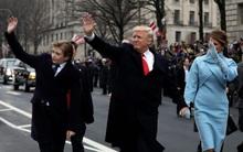 Cậu út nhà Tổng thống Trump hất tay mẹ, tự đi diễu hành một mình sau lễ nhậm chức của bố