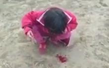 Clip sốc: Mẹ dùng roi đánh liên tiếp vào người khiến con gái nôn ra máu chỉ vì bé tè dầm
