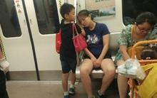 """Cậu bé """"soái ca"""" nhường ghế cho phụ nữ, lấy tay làm gối đỡ cho mẹ ngủ trên tàu điện ngầm"""
