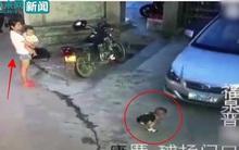 Bế con nhỏ đứng nhìn bé trai bị ô tô chèn qua người, bà mẹ trẻ không thèm biểu lộ cảm xúc
