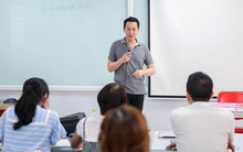 Thầy giáo đẹp trai Kenny Nguyễn luyện nói tiếng Anh chuẩn cho sinh viên