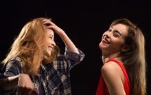 """Đằng sau màn """"môi kề môi, mặt sát mặt"""" của Chi Pu và Mlee"""