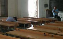 """Hết giờ vẫn thấy cậu SV nằm ngủ mê man, thầy giáo """"bá đạo"""" lặng lẽ cho cả lớp ra về"""