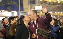 Chùm ảnh: Những nụ hôn rực rỡ trong đêm giao thừa đón năm mới 2017