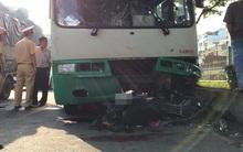 TP. HCM: Va chạm với xe buýt, 2 ông cháu mắc kẹt dưới đầu xe, 1 người tử vong