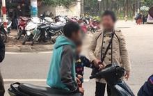 Va quệt trên đường phố Hà Nội, người phụ nữ mắng chửi ầm ĩ vì nghi cậu bé muốn... đâm chết mình