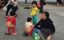 Người mẹ hồn nhiên cho 2 bé gái đi vệ sinh ngay giữa đường băng sân bay