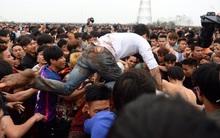 Chùm ảnh: Người dân nháo nhào, nhảy lên đầu nhau tranh cướp phết Hiền Quan
