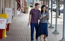 Sau khi khiến cả thế giới cắm mặt vào điện thoại, thì vợ chồng Mark Zuckerberg lại thảnh thơi đọc báo giấy trên phố