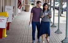 Sau khi khiến cả thế giới cắm mặt vào điện thoại, thì vợ chồng Zuckerberg lại thảnh thơi đọc báo trên phố