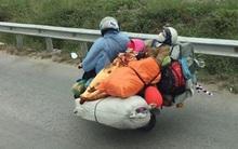 Giật mình trước hình ảnh người phụ nữ thản nhiên nằm ngửa ôm con sau xe máy