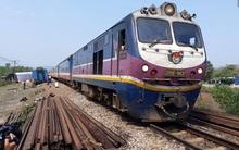 Sau gần 20 giờ tê liệt do tai nạn lật tàu, đường sắt Bắc – Nam đã thông tuyến trở lại