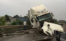 Va chạm kinh hoàng với xe khách chở công nhân, xe container vỡ nát bên đường