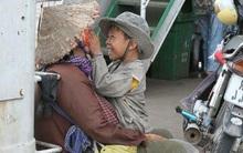 Khoảnh khắc đẹp: Nụ cười giòn tan của cậu con trai bên người mẹ nghèo