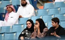 Không chỉ được phép lái xe, phụ nữ Ả Rập giờ còn có thể vào sân vận động như cánh mày râu
