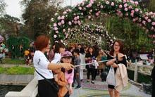 Cây cầu với mái vòm toàn bằng hoa giả vẫn là nơi được check-in nhiều nhất lễ hội hoa hồng Bulgaria