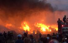 20 xe cứu hỏa cùng hàng trăm chiến sĩ chữa cháy suốt 3 giờ tại công ty sản xuất keo nhựa ở Long An
