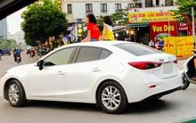 Clip: 2 bé gái ngồi trên cửa sổ trời ô tô chạy giữa phố Hà Nội
