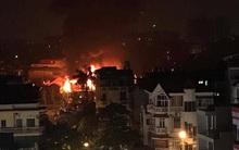 Hà Nội: Đang cháy lớn tại gara ôtô ở Hà Đông, ngọn lửa bốc cao dữ dội