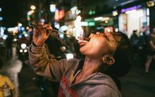 Người mẹ ngậm dầu phun lửa mỗi đêm ở phố Tây Bùi Viện để kiếm tiền nuôi 2 con ăn học