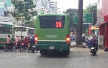 Clip: Không dừng chờ đèn đỏ, xe buýt bẻ lái leo thẳng lên vỉa hè Sài Gòn để lưu thông