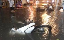 Phố Tây Tạ Hiện ngập kinh hoàng sau mưa lớn, xe máy ngâm nước la liệt!