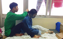 Bức ảnh dễ thương về chàng trai ngồi tết tóc cho người yêu bị thủy đậu: Yêu là luôn bên nhau cả khi xấu xí nhất