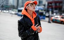 Seoul Fashion Week: Tới chiều, Sơn Tùng lại đổi áo khoác đen dài bóng loáng cùng phụ kiện màu cam cực chóe