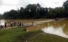 Hà Tĩnh: 3 mẹ con bị nước lũ cuốn trôi khi đi qua cầu tràn, nam sinh 17 tuổi mất tích