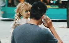 """Clip: Người Sài Gòn có sợ """"phát khiếp"""" khi bỗng nhiên nhìn thấy búp bê Annabelle ngoài đường phố?"""
