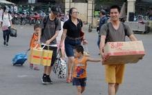 Kết thúc kỳ nghỉ lễ, người dân lỉnh kỉnh đồ đạc, mang theo trẻ nhỏ ùn ùn trở lại Hà Nội và Sài Gòn
