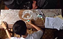 Chỉ với một cây bút xóa, nam sinh biến bàn học cũ thành một bức tranh cực ấn tượng